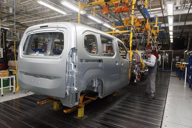 Producción del Opel Combo en la planta del Grupo PSA en Vigo.