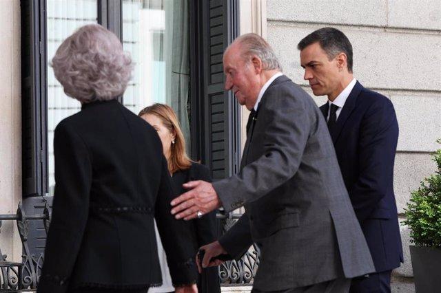 Los Reyes eméritos, Don Juan Carlos y Doña Sofía, acompañados del presidente del Gobierno, Pedro Sánchez.