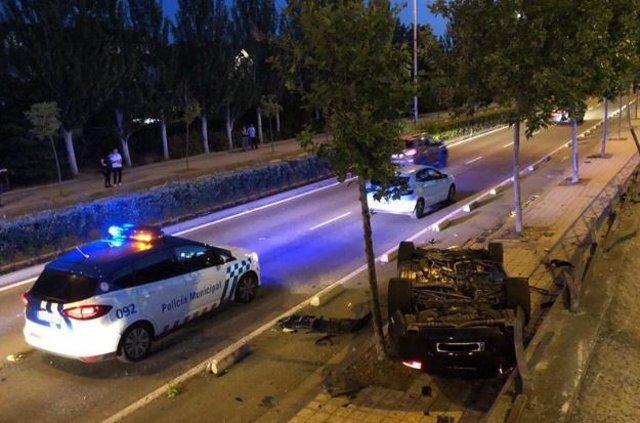 Dos jóvenes resultan heridos tras la salida de vía del turismo en el que viajaban.