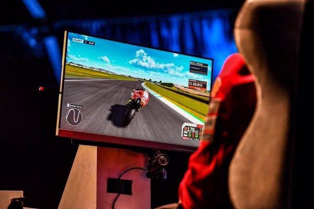 Imagen de un evento eSport del videojuego oficial de MotoGP