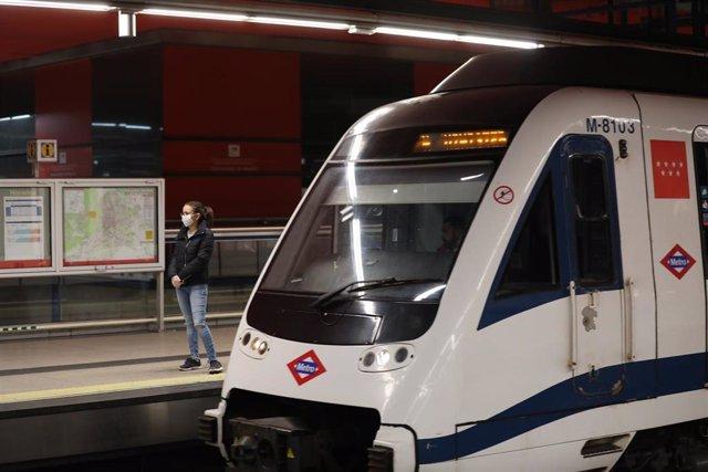 Una mujer espera la llegada de un tren de Metro de Madrid en uno de los andenes de la estación de Nuevos Ministerios.