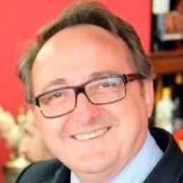 Manuel Herrera Gómez, doctor en Ciencias Políticas y Sociología (con Premio Extraordinario) y licenciado en Geografía e Historia y Filosofía por la Universidad de Granada.