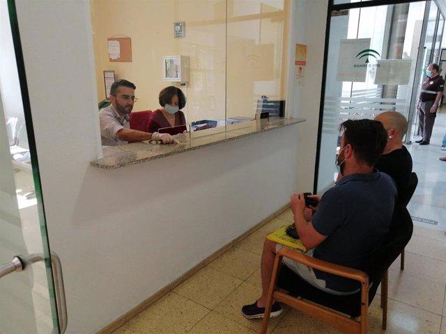El secretario general de la Delegación de Salud y Familias, Javier de la Torre, y la asesora técnica del Servicio de Familias, María José Barranco, en una comparecencia para inscribir a una pareja de hecho.