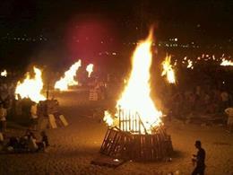 Hogueras y quema de júas de San Juan en una playa
