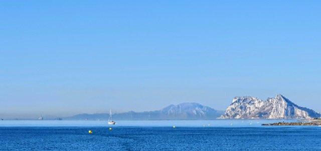 Buques perforadores fondeados cerca de Gibraltar