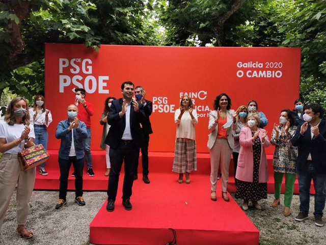 El secretario xeral del PSdeG, Gonzalo Caballero, y la ministra de Hacienda y portavoz del Gobierno, María Jesús Montero, en un mitin de precampaña en Vilagarcía de Arousa.