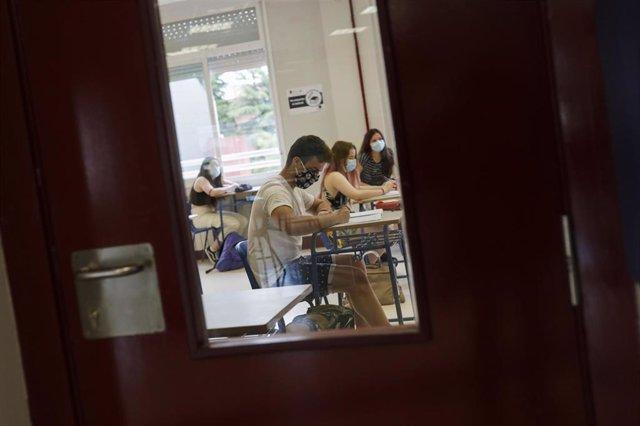 Alumnos del colegio Alameda de Osuna de Madrid, preparando el examen de Selectividad este mes de junio con mascarillas y separados en el aula.
