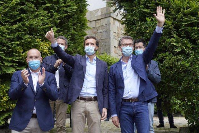 El líder del PP de Galicia, Alberto Núñez Feijóo (1i); y el presidente del PP, Pablo Casado (2i), durante la presentación de candidaturas del Partido Popular en Galicia para los comicios gallegos del 12 de julio, en Santiago.