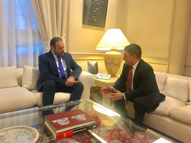 Francisco Reyes se reúne con José Luis Ábalos en una imagen de archivo.
