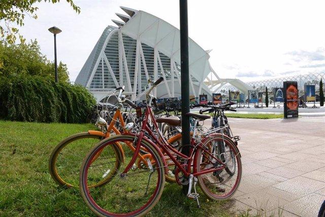 Bicicletas al lado del Museo de las Ciencias Príncipe Felipe de Valencia