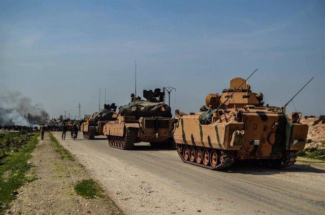 Un convoy militar de Turquía en la autovía M4, en el noreste de Siria