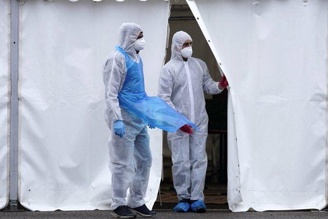 Sanitarios trabajan para acabar contra el coronavirus