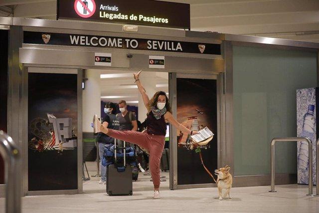 Una viajera llega al aeropuerto de Sevilla este domingo.
