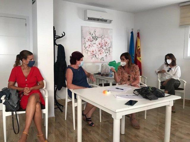 Las diputadas del PP en la Asamblea de la Ciudad Autónoma, Paz Velázquez, Isabel Moreno y Fadela Mohatar, visitan la asociación de vecinos Ágora.