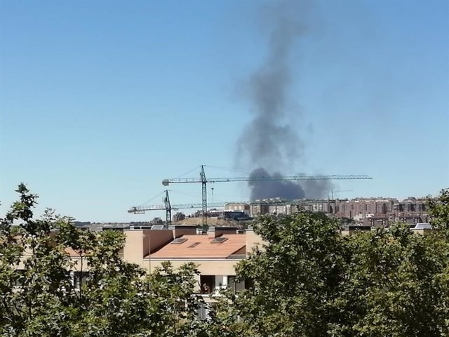 Columna de humo del incendio en la planta de reciclaje de Villanubla vista desde el barrio vallisoletano de Covaresa.