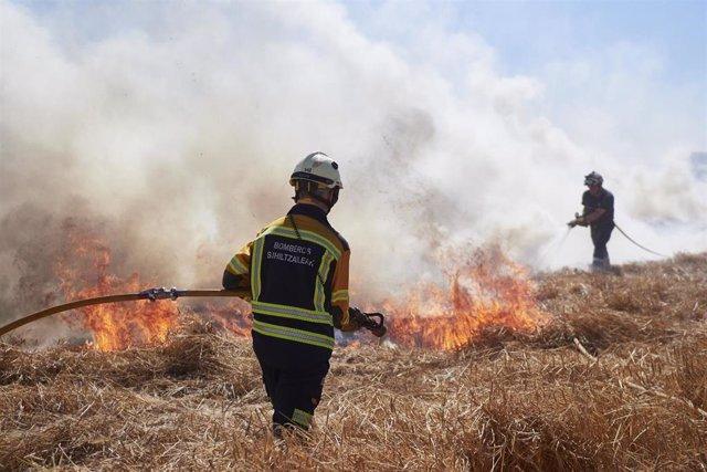 Los bomberos de Navarra extinguen un incendio en una zona de campo de cereal cerca de la localidad de Sarriguren