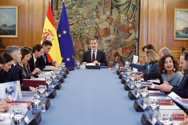 El Rey Felipe VI (c) preside la primera reunión del Consejo de Seguridad Nacional, en el Palacio de la Zarzuela, en Madrid (España) a 04 de marzo de 2020.