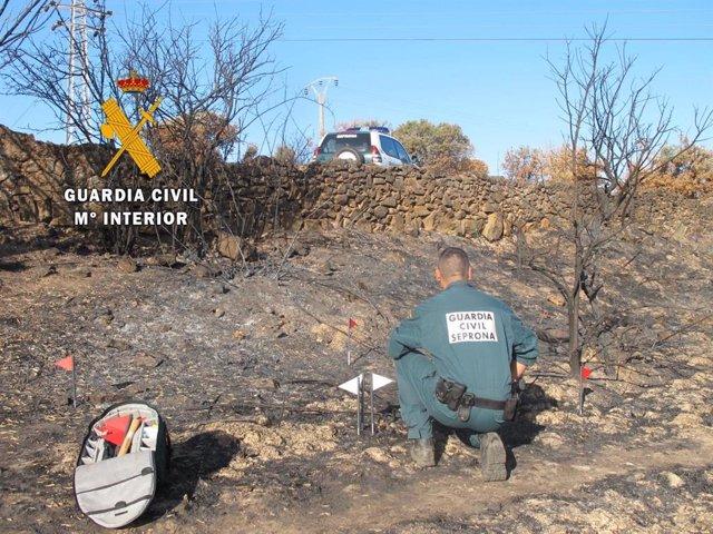 Guardia Cvil investigando un incendio forestal