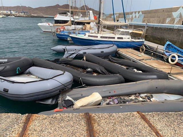 """El Ayuntamiento de Tuineje (Fuerteventura) reclama la retirada de las pateras que se """"agolpan"""" en el Muelle de Gran Tarajal"""