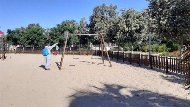 Desinfección de un parque infantil en Palma