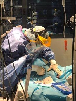 Equipo de UCI trabajando con un paciente en el Hospital Reina Sofía de Córdoba
