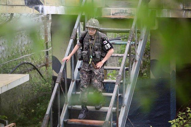 Un militar de Corea del Sur desplegado cerca de la Zona Desmilitarizada (DMZ)