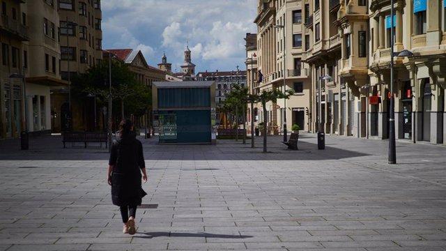 La comercial Avenida Carlos III de Pamplona vacía por sus tiendas cerradas durante el Estado de Alarma decretado por el Gobierno de España como consecuencia del coronavirus COVID-19. En Pamplona, Navarra, España. A 24 de abril de 2020.
