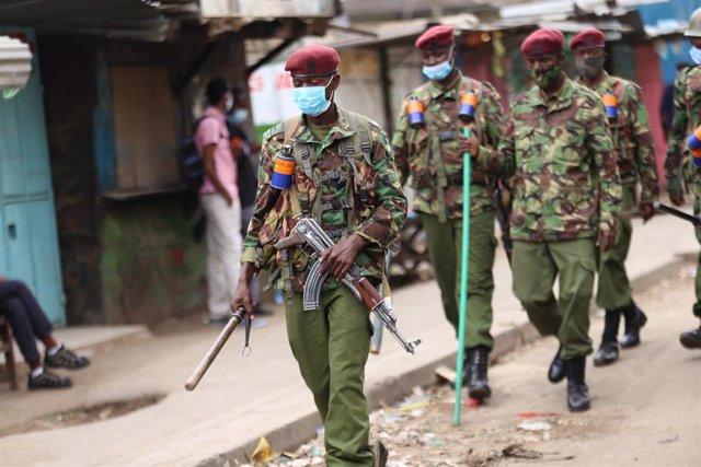 Policías con mascarilla patrullan en Nairobi