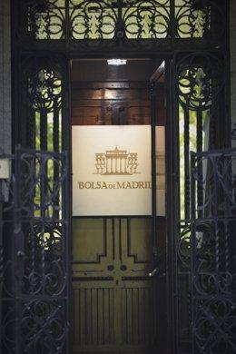 Puerta de entrada al edificio de la Bolsa de Madrid