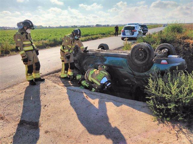 Heridos dos jóvenes de 19 y 21 años tras volcar su vehículo a las afueras de Torre Pacheco