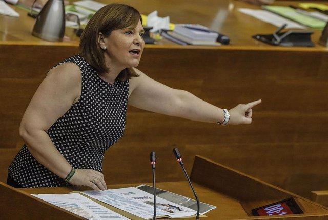 La presidenta del PP valenciano, Isabel Bonig, interviene durante una sesión de control al Consell