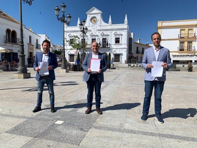 Representantes de PSOE, Adelante Cartaya-Izquierda Unida y Ciudadanos, frente al Ayuntamiento.