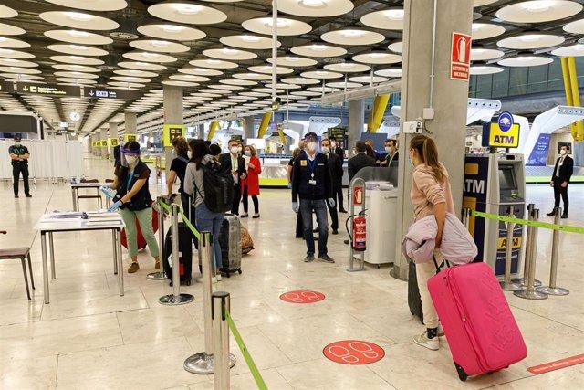 Control de temperatura en el Aeropuerto Adolfo Suárez Madrid-Barajas. En Madrid, (España), a 20 de junio de 2020.