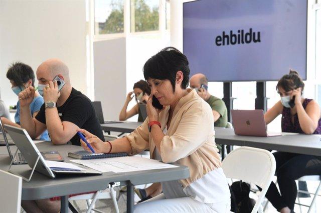 La candidata a lehendakari de EH Bildu, Maddalen Iriarte, en el centro de llamadas puesto en marcha por la coalición soberanista para las elecciones del 12J.
