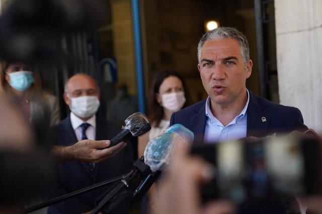 El consejero de Presidencia, Administración Pública e Interior de la Junta de Andalucía, Elías Bendodo, visita el puerto de Málaga