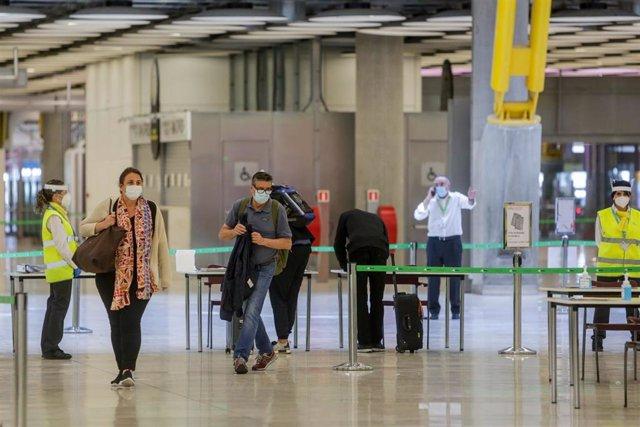 Varios pasajeros pasan un control en el Aeropuerto Adolfo Suárez Madrid-Barajas