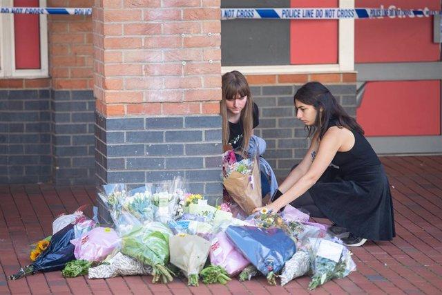 Flores en recuerdo de las víctimas en el lugar del atentado del sábado en Reading