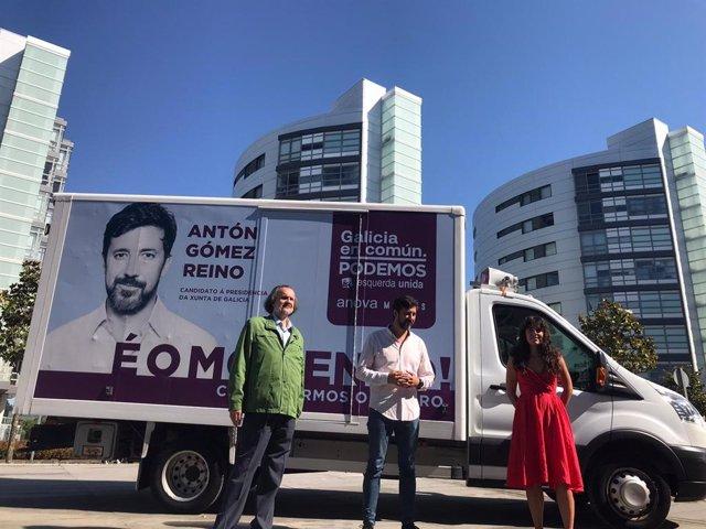 Antón Gómez-Reino, en el centro, junto a Luca Chao y Miguel Anxo Fernán-Vello en la presentación de la caravana electoral de Galicia en Común-Anova Mareas, de la que es el candidato a la Presidencia de la Xunta