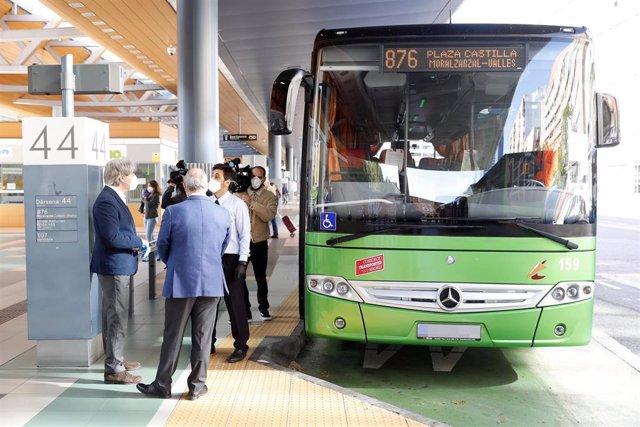 El consejero de Transportes, Movilidad e Infraestructuras, Ángel Garrido, habla con un conductor de una línea de autobús interurbano en el intercambiador de Plaza Castilla.