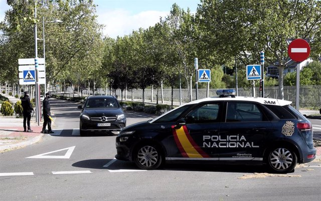 Agentes de la Policía Nacional realizan un control en la entrada de la localidad madrileña de Pozuelo de Alarcón