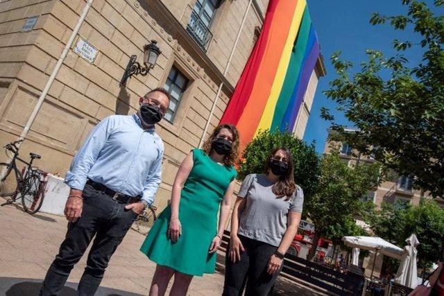 Despliegue de la bandera LGTBi y la lectura de un manifiesto, actos de la Consejería de Participación por el Día del Orgullo