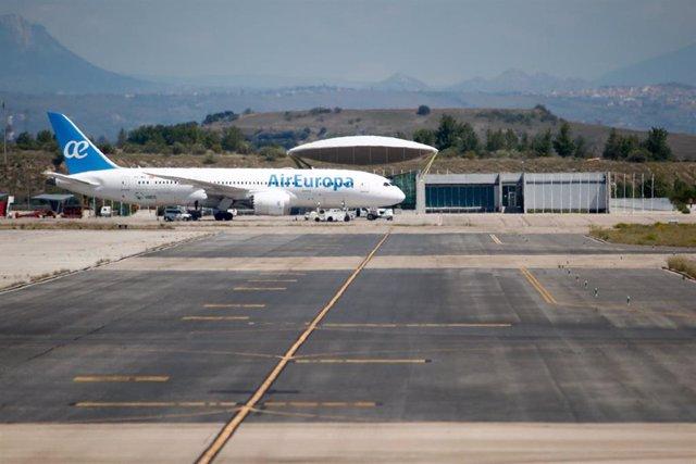 Un avión de Air Europa en la terminal 4 del Aeropuerto de Madrid-Barajas Adolfo Suárez. En Madrid (España), a 17 de mayo de 2020.