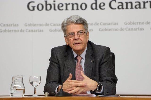 El consejero de Administraciones Públicas del Gobierno de Canarias, Julio Pérez, en rueda de prensa