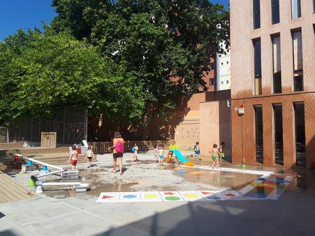Un grup de nens fa activitats d'estiu a l'Escola Miró de Barcelona