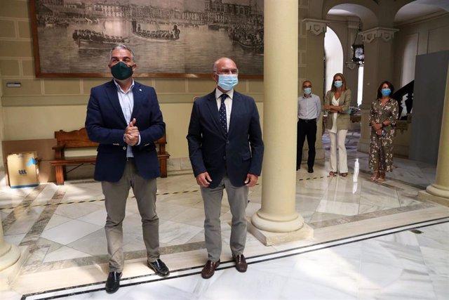 El consejero de Presidencia y portavoz de la Junta de Andalucía, Elías Bendodo, con el presidente de la Autoridad Portuaria de Málaga, Carlos Rubio