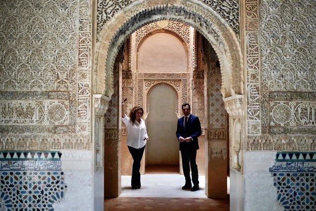 Estrella Morente junto al presidente de la Junta, Juanma Moreno, en la Alhambra
