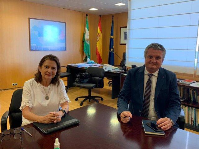 La directora de inspección provincial de Servicios Sanitarios, Carmen Bretones, y el delegado de Salud, Juan de la Cruz Belmonte