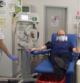 Jefe de Hematología del H. Infanta Leonor donando plasma hiperinmune