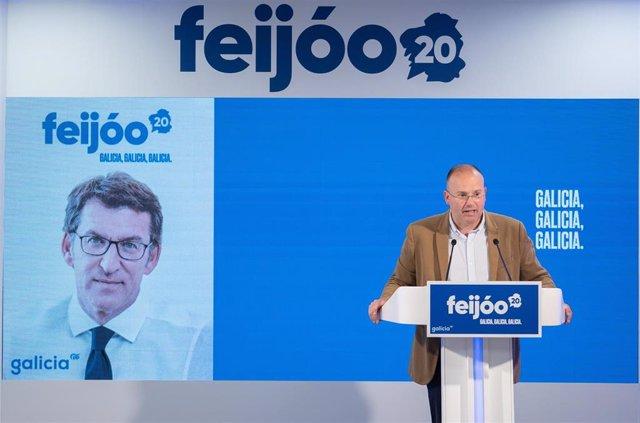 El secretario general del PPdeG, Miguel Tellado, presenta la imagen gráfica de la campaña de los populares gallegos.