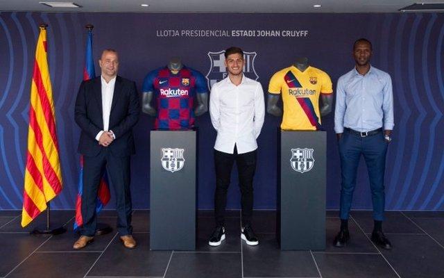Renovación del jugador del FC Barcelona Nils Mortimer, en el centro, junto a Xavier Vilajoana y Éric Abidal